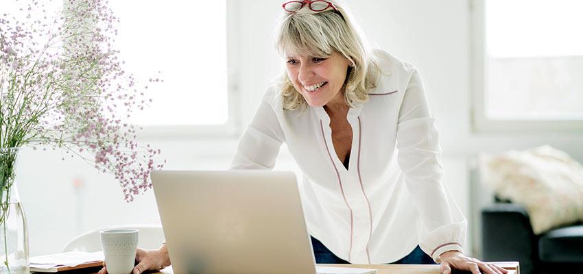 Frau arbeitet an einem Laptop im Homeoffice